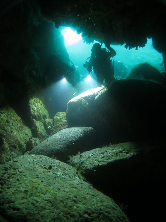 伊豆 洞窟 ダイビング ポイント カバーン 雲見 牛着岩