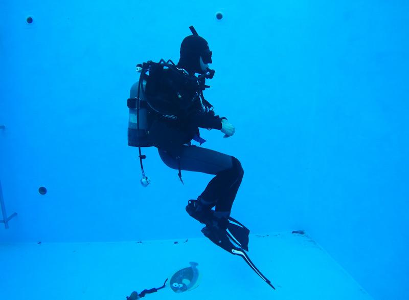 ダイブマスター 講習 プール 24スキル ホバリング